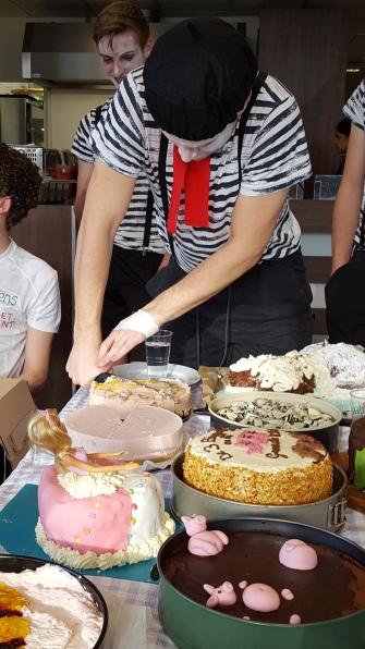 de taarten worden aangesneden